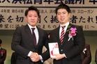 現役メンバーから卒業生へ、卒業記念品が贈呈されました。